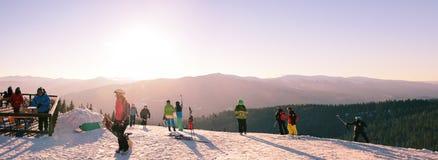 BUKOVEL, UKRAINE -31 im Januar 2017: Skifahrer und Snowboarder auf den Berg sind essend und entspannen sich und nehmen Bilder und Lizenzfreies Stockbild