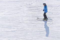 BUKOVEL, UKRAINE 27 JANVIER 2018 : Ski d'homme sur une voie de ski Le Su Photo libre de droits