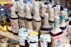 Bukovel, UKRAINE, le 3 mars 2017 : liqueurs nationales sur le marché Image stock