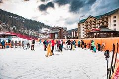 BUKOVEL, UKRAINE, am 6. März 2017: Skifahrer und Touristen im ukrainischen Erholungsort Bukovel Stockfotografie