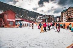 BUKOVEL, UKRAINE, am 6. März 2017: Skifahrer und Touristen im ukrainischen Erholungsort Bukovel Lizenzfreies Stockbild