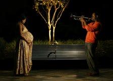 bukta henne musik till Fotografering för Bildbyråer