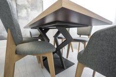 Buktar dekorativa ben av tabellen och stolen Botten besk?dar royaltyfri fotografi