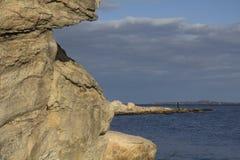 Buktig shoreline med stenblock och grus längs Connecticut Royaltyfri Foto