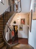 Buktig trappa inom Museen de Montmartre, Paris Royaltyfri Fotografi