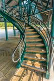 Buktig trappa underifrån Arkivfoton