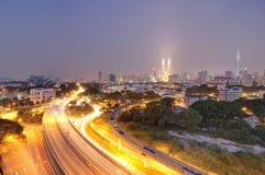Buktig väg in mot Kuala Lumpur på natten Royaltyfria Foton