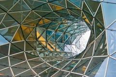 Buktigt tak för strukturell glass fasad av fantastisk kontorsbyggnad arkivfoto