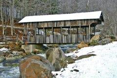 Buladean abgedeckte Brücke im Schnee Stockfotos