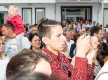 bulblet Τουρίστες σε μια συναυλία ενός θηλυκού συνόλου χορού στα παιχνίδια Nestenar στο χωριό Βουλγάρων Στοκ φωτογραφία με δικαίωμα ελεύθερης χρήσης