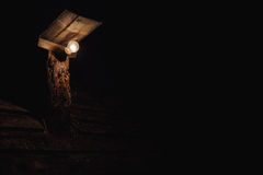 Bulbo bonde na coluna de madeira Fotografia de Stock