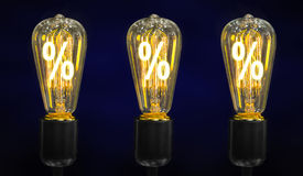 Bulbo con la marca del por ciento que brilla intensamente dentro de ella, concepto de la creatividad Imagen de archivo libre de regalías
