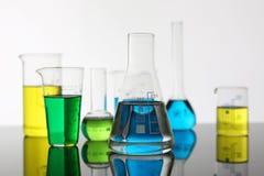 Bulbo da indústria química com magenta azul fotos de stock