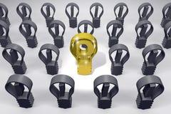 Bulbo de lámpara de oro entre negro otros libre illustration