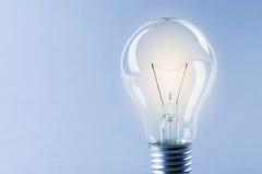 Bulbo de la luz ámbar que brilla intensamente, concepto de la idea de los busienss Fotos de archivo