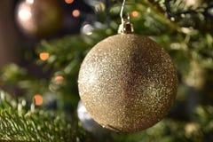 Bulbo de la Navidad del oro Fotografía de archivo libre de regalías