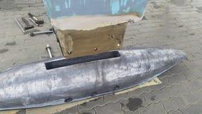 Bulbo de la quilla de la ventaja del yate en astillero imagen de archivo