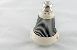 Bulbo del LED aislado en el fondo blanco Imagen de archivo