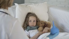 Bulbo do aperto da exibição do terapeuta à criança doente assustado, problemas com digestão video estoque