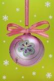 Bulbo do Natal com flocos de neve. Fotos de Stock