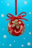 Bulbo do Natal com snoweflakes. Imagem de Stock