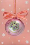 Bulbo do Natal com snoweflakes. Fotografia de Stock