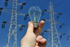 Bulbo e linhas eléctricas elétricos foto de stock
