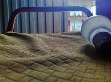 Bulbo en asiento en una granja, con motivo reflexivo fotos de archivo