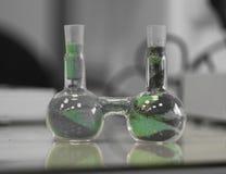 Bulbo-géminis, dos frascos, experiencia médica, utensilios médicos, laboratorio químico, experiencia médica, laboratorio científi imágenes de archivo libres de regalías