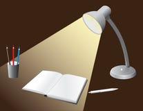 Bulbo iluminado ao desktop Fotografia de Stock Royalty Free