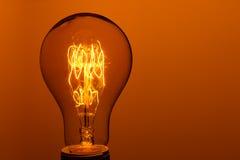 Bulbo incandescente iluminado do vintage fotografia de stock royalty free