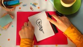 Bulbo pintado, inspirándose concepto de la idea o de la energía