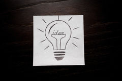 Bulbo que piensa en idea creativa del negocio Fotografía de archivo