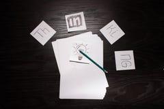 Bulbo que piensa en idea creativa del negocio Foto de archivo libre de regalías