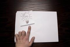 Bulbo que piensa en idea creativa del negocio Imagenes de archivo
