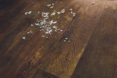 Bulbo quebrado en el piso de madera con la opinión del espacio de la copia del top imagen de archivo libre de regalías