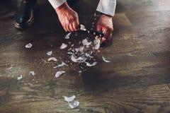 Bulbo quebrado en el piso de madera con la opini?n del espacio de la copia del top foto de archivo libre de regalías