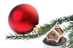 Bulbo rojo de la Navidad aislado en blanco imágenes de archivo libres de regalías