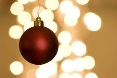 Bulbo vermelho do Natal com luzes Foto de Stock