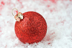 Bulbo vermelho do ornamento do Natal fotografia de stock