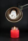 Bulbo y vela ahorros de energía fotos de archivo libres de regalías