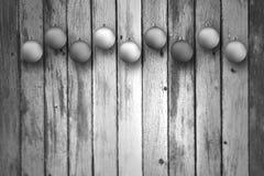 Bulbos blancos y negros de Navidad en fondo de madera Fotos de archivo libres de regalías