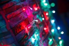Bulbos brilhantes do ight da cor na parede Imagens de Stock Royalty Free