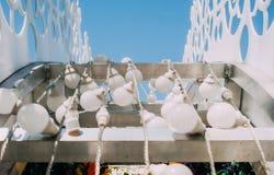 Bulbos de la luz eléctrica en un marco metálico en una decoración de la calle Foto de archivo