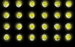 Bulbos de la luz ámbar en negro Imagen de archivo