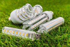 Bulbos del árbol E27, del USB y de R7s LED en la hierba Fotos de archivo libres de regalías