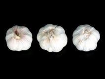 Bulbos del ajo en el negro 2 imagen de archivo libre de regalías