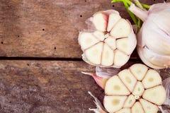 Bulbos del ajo en la madera imagen de archivo