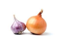 Bulbos del ajo y de la cebolla en el fondo blanco Foto de archivo libre de regalías