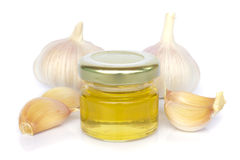 Bulbos del ajo y tarro de miel como la consumición sana Imagen de archivo